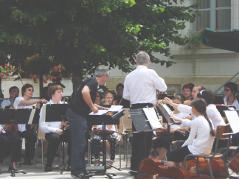 L' Orchestre de l' Ecole de Cordes du Loudunais (direction artistique : Nicolas Verdon), en concert avec l 'Harmonie de Varrains-Chacé sous la direction du chef invité, Jean-Luc Martineau, en Concert le Dimanche 21 Juin 2009 place de la Mairie à Huismes,dans le cadre de la fête de la Musique (55 km de Poitiers, 25 km de Chinon, 25 km de Thouars, 45 de Saumur, 50 km de Chatellerault.