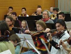 Répétition commune de l' Harmonie de Huismes et de l' Orchestre de l' Ecole de Cordes du Loudunais le 06 Février 2010, dans les somptieux locaux de l' Ecole de Musique de Huismes. C'est sous la direction de Jean-Luc Martineau, que nos deux formations, préparent une série de trois concerts qu'il donneront en commun.  Salles des Fêtes de HUISMES   le 13 Février  2010  à  20 H 30 Salles des Ifs de VARRAINS-CHACÉ   le 20 Mars  2010  à  20 H 30 Colégiale de OIRON  le 06 Juin 2010  dans le cadre des 21éme Rencontres régionales des Artistes Amateurs (Heures à préciser) Dans le prolongement de notre résidence à Angliers, répétition d' un groupe d'une quinzaine d'enfants d' Angliers dans les locaux de l' Ecole des Tilleuls, sous la direction de notre professeur Nicolas Verdon. Principalement Issus de l' Ecole Primaire des Tilleuls, ces jeunes débutants (violon, alto, violoncelle et contrebasse) se joindront à l' Orchestre de l' Ecole de Cordes du Loudunais à l'occasion de notre concert du 13 Décembre 2009 au Pavillon du Québec à Angliers.Animation des Lundi 9, 16, 23, 30 Novembre et 7 Décembre 2009 de 17 H à 18 H à Ecole Primaire des Tilleuls d' Angliers.  Dans le prolongement de notre résidence à Angliers, répétition d' un groupe d'une quinzaine d'enfants d' Angliers dans les locaux de l' Ecole des Tilleuls, sous la direction de notre professeur Nicolas Verdon. Principalement Issus de l' Ecole Primaire des Tilleuls, ces jeunes débutants (violon, alto, violoncelle et contrebasse) se joindront à l' Orchestre de l' Ecole de Cordes du Loudunais à l'occasion de notre concert du 13 Décembre 2009 au Pavillon du Québec à Angliers.